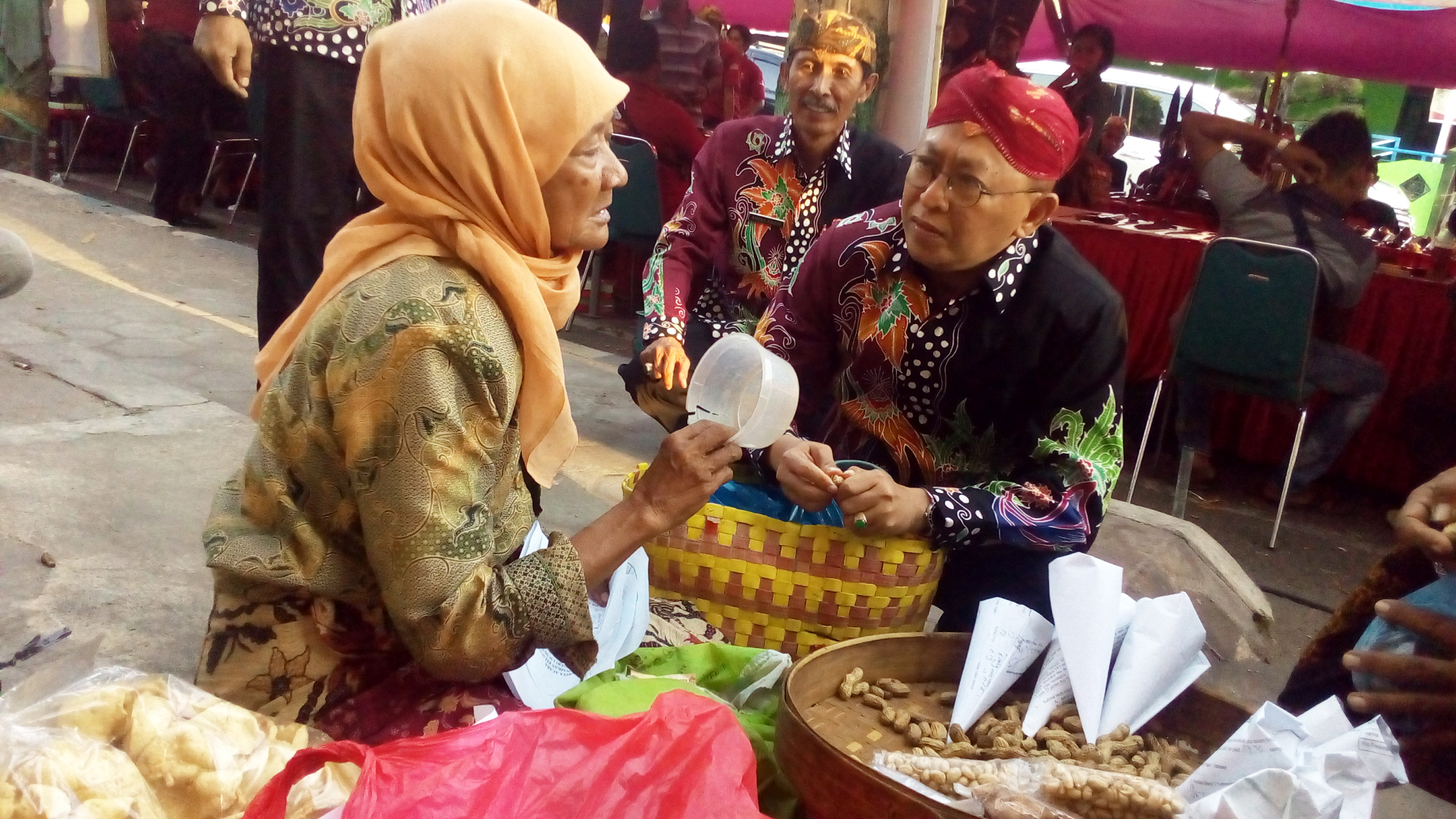 Begini Cara Bupati Busyro Membantu Nenek Penjual Kacang