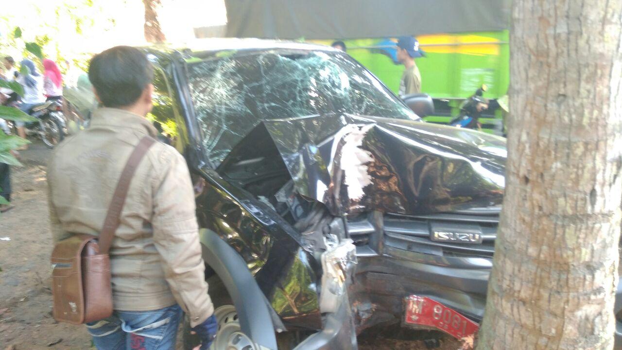 Nahas, Mobil Disperta Sumenep Tabrak Pohon Kelapa di Andulang