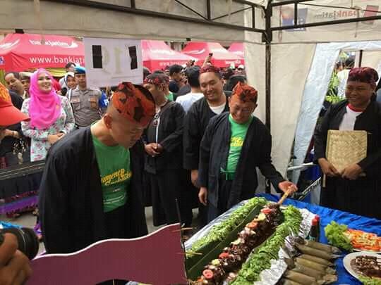 Bupati Sumenep dan Kapolres Sumenep saat.meninjau peserta festival sate gajah