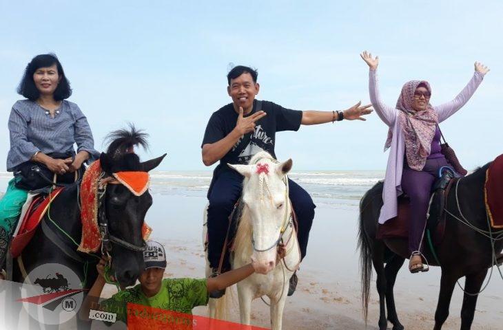 Eh…Ada 'Reva' yang Rela Stand By di Pantai Wisata Lombang