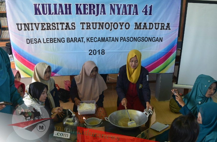 Bantu Perekonomian Masyarakat Lebeng Barat, KKN 41 UTM Ciptakan Inovasi Produk Olahan Kelapa dan Siwalan
