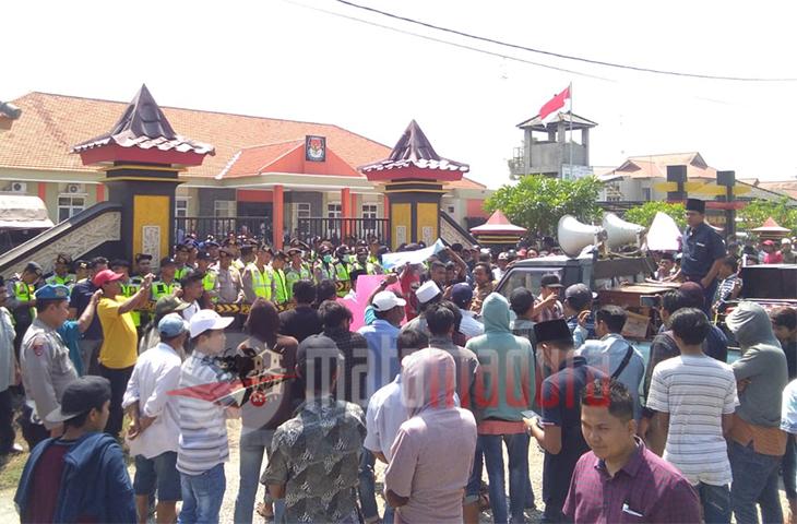 """Geruduk Bawaslu Bangkalan, """"Beraksi"""" Kawal Hilangnya Suara Nizar Zahro"""