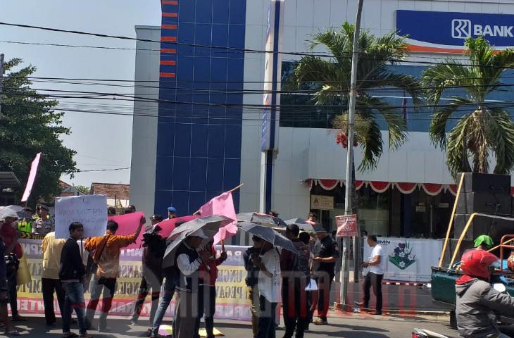 Aktivis Kembali Demo BRI. Rp 250 M Dana Bansos di Bangkalan Potensi Bancakan