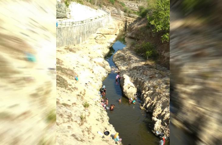 Kemarau Panjang, Warga Batumarmar Mandi dan Cuci Baju di Air Sungai Yang Keruh
